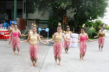 Thai dancers perform in front of the Father Ray statue.