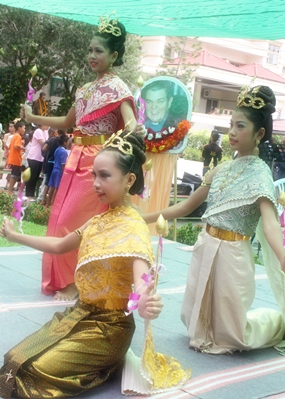 Young Thai dancers perform to remember Father Ray.