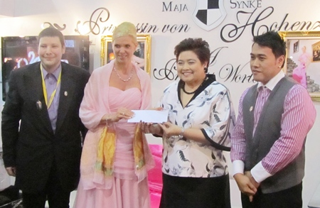 Saisom Wongsasulak (2nd right) receives a 20,000 baht donation from Thailand Friends via German Princess Maja von Hohenzollern (2nd left). Also shown are Dirk Weeber-Arayatumsopon (left) and Wuttipong Arayatumsopon (right).