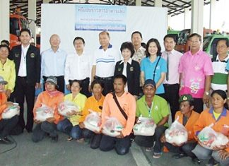 Pattaya Council donates rice and dried food to employees of the city's Public Health and Environment Department.