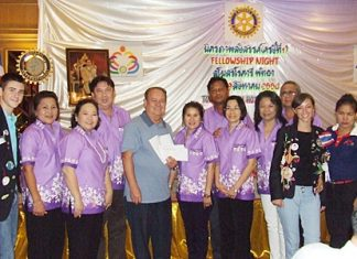 President Niwat Anuchalakom (4th left) with members of the Rotary Club of Plutaluang donate their collective contributions to PDG Premprecha Dibbayawan (5th left) the District Rotary Foundation Chair.