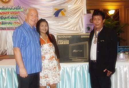 David and Sumaree were the lucky winners of the draw and receive their prize from President Prasit Jariyapongsakul.