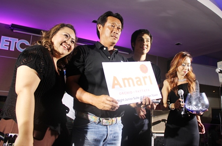 Aphiwat' Nueng' Wongsawat, lead singer of ETC (2nd right), picks a raffle ticket for the star prize of a night in a junior suite at Amari's Ocean Tower, worth 20,000 baht for the lucky winner.