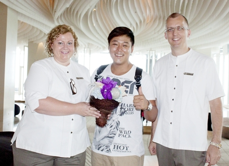 Harald Feurstein (right), GM of the Hilton Pattaya and Peta Ruiter (left), director of business development welcome Song Ho-Bum, the Korean hip-hop star on his visit to the hotel recently.