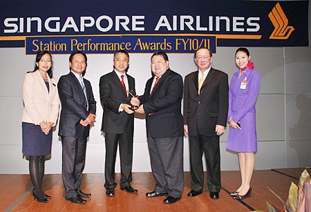 Danuj Bunnag (4th left), THAI Managing Director of Ground Service Business Unit and Pichai Chunganuwad (5th left), THAI Managing Director of Cargo and Mail Commercial Department, recently received the Top Station Performance Award and the 1st Runner up for Cargo Station Performance Award from Xavier Lim (3rd from left), Singapore Airlines Divisional Vice President of Customer Services.  Singapore Airlines has been a customer of Thai Airways International Public Company Limited (THAI) ground and cargo services for over 30 years.