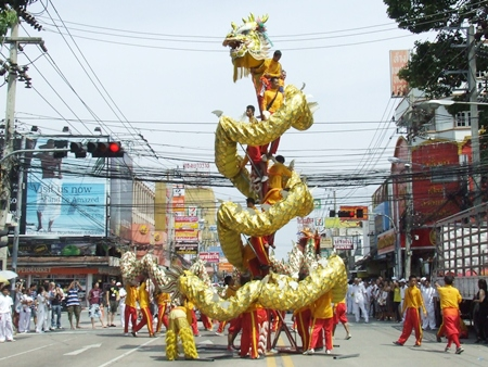The Chinese dragon lifts high into the air, which is always a big attraction. (Photo by Phasakorn Channgam)
