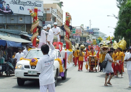 The parade winds its way through the streets of Pattaya.