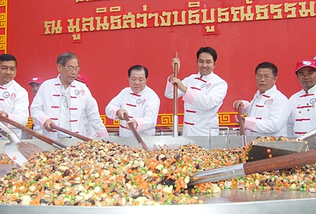 The mayor steps in to help members of the Chef Association of cook the '8 masters Yaadthip fried rice in giant pan'.