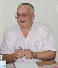 Steve Graham chairs the emergency meeting of the Pattaya Relief Committee.