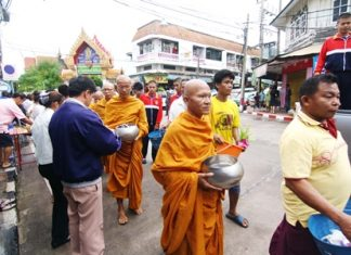 Sattahip residents celebrate the end of Buddhist Lent with a traditional Tak Bat Devo ceremony.
