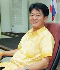 Gov. Wichit Chatpaisit announces Chonburi's plan to help flood-relief efforts in Nakhon Sawan.