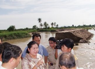 Culture Minister Sukumol Kunplome (center) talks to the press as she inspects flood afflicted areas in Chonburi.