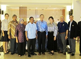 Senator Sutham Phanthusak (5th right) and his charming wife Orawan (4th right) warmly welcome HE Honorary Jejomar C. Binay (5th left), Vice President of the Philippines and his entourage to the Woodlands Resort on their recent visit to Pattaya.