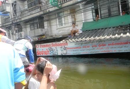Sawang Boriboon Foundation volunteers evacuate people from rooftops in Nava Nakorn.