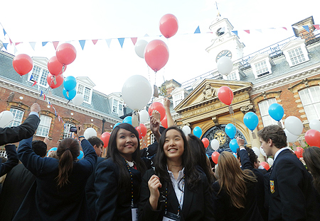 Nine and Ha Eun release red, white and blue balloons.
