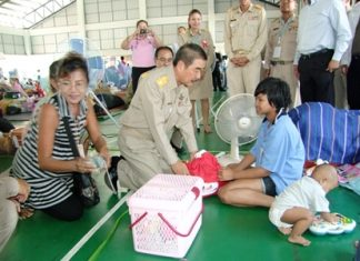 Royal Secretary Theerachai Wutham pays a visit to Chonburi's temporary relief center for Bangkok flood victims.