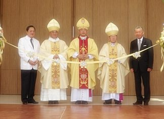 Bishop Silvio Siripong Charatsri, Archbishop Francis Xavier Kriengsak Kovitvanit and Bishop Emeritus Lawrence Thienchai Samanjit cut the ribbon to open the new church.
