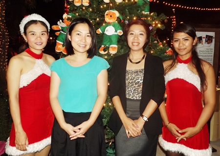 Santa's helpers Pattaya Khotprom (left) and Jittima Jittamak (right) are happy to help BCCT Events Manager Rungijit Jarernponganarn (2nd left) and Amari Director of Sales Porntip Pibarnwong (2nd right).