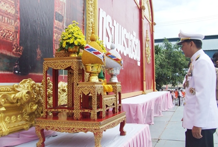 Chaowalit Saeng-Uthai, Banglamung district chief, presides over the offering of symbolic gifts in Banglamung to His Majesty the King.