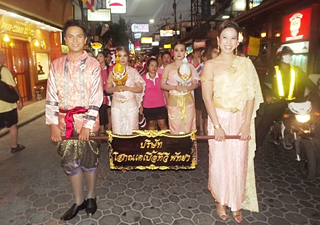 Dressed in traditional Thai outfits, these 4 from Sophon Cable TV lead their pink clad friends in the Pattaya Beach Road parade.