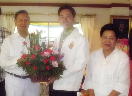 Mayor Itthiphol Kunplome came by to wish General Kanit many happy returns of the day.