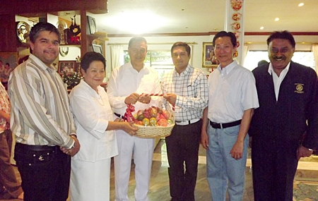 General Kanit and Khunying Permsub receive a basket of fruits from the Malhotras, Tony (left), Prince (3rd right) and Peter (right). They were joined by Paisan Bundityanon (2nd right), MD of Rabbit Resort.
