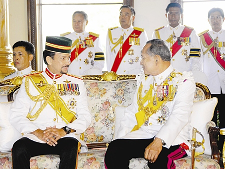 His Majesty the King speaks with Brunei Sultan Hassanal Bolkiah at the Ananda Samakhom Throne Hall in Bangkok Monday, June 12, 2006.