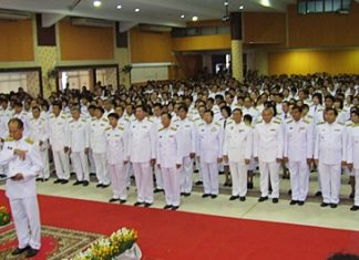 Chonburi Gov. Khomsan Ekachai leads bureaucrats in taking a pledge of honesty.