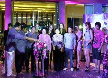 Chalermpol Khonjaen and Wonchai Phakdisaneha, Managing Directors of MG Plus Co. Ltd., are surrounded by guests and onlookers as they launch the Porchland 5 La Santir project.