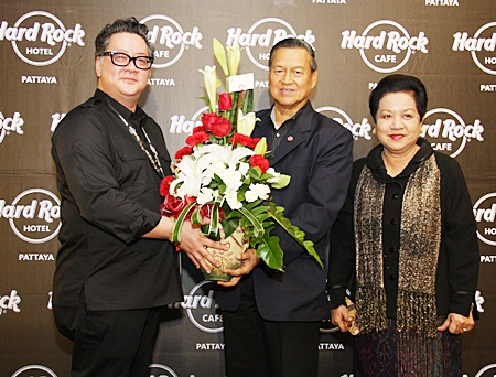 General Kanit and Khunying Busyarat Permsub congratulate Jorge Carlos Smith on the auspicious occasion.