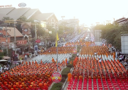 Over 20,000 people turned up at dawn Dec. 24 to present alms to 2,084 Buddhist monks.