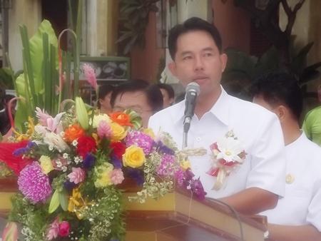 Mayor Itthiphol Kunplome addresses the early morning gathering.