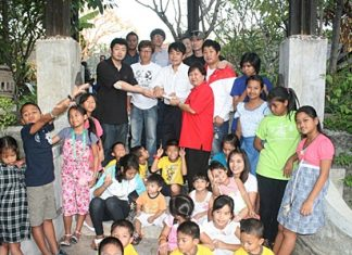 Kim Kwang-ho leads a delegation of 10 Korean restaurant owners in bringing lunch to the Pattaya Orphanage.