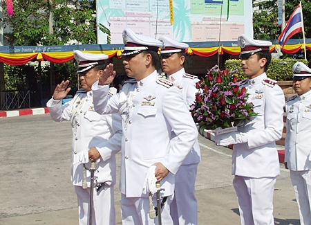 Banglamung police superintendent Col. Somnuk Chanket (left) and Pattaya police superintendent Pol. Lt. Col. Nanthawut Suwanla-Ong (front right) salute Pattaya's Founding Father.