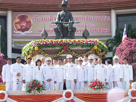 Mayor Itthiphol Kunplome (center), along with his deputy mayors and city hall staff honor King Taksin the Great.