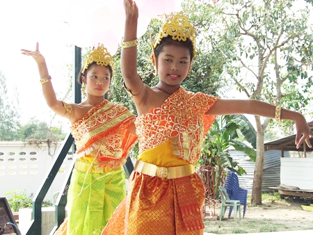 Young Thai dancers open the ceremony with a touching performance.
