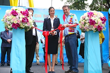 Bangkok Deputy Governor Taya Teepsuwan and Mark Butters, president of the Rotary Club of Bangkok South cut the ribbon to officially declare the 14th Annual Coins on Silom open.