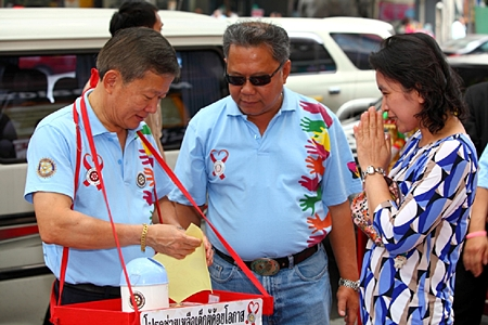 Past President Krit Wongsaengarunsri and Rotarian Krin Chammaytesakul are pleased to receive donations.