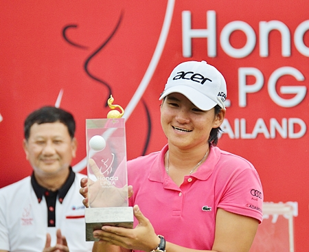 World No.1 women's golfer Yani Tseng from Taiwan holds up the Honda LPGA Thailand 2012 trophy after a superb final round 66 at Siam Country Club Old Course on Sunday gave her back to back victories in the event.