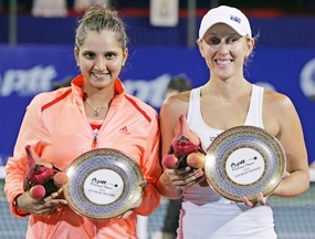 Doubles winners Sania Mirza (left) and Anastasia Rodionova pose with their trophies. (Photo/PTT Pattaya Open)
