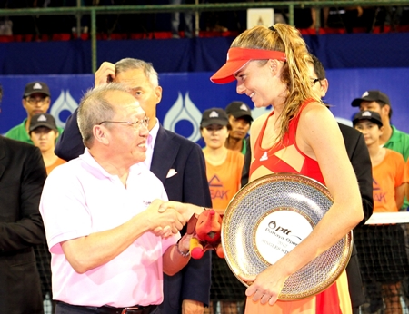 Chatchawal Supachayanont, GM of Dusit Thani Pattaya congratulates Daniela Hantuchova at Sunday's conclusion of the 2012 PTT Pattaya Open.