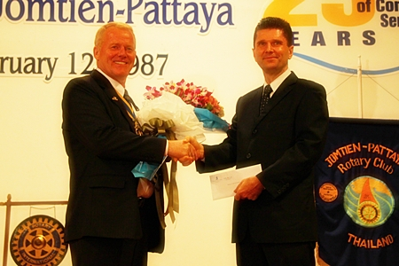 GM Joachim Grill (right) presents a bouquet on behalf of the Royal Cliff Hotels Group to President Gudmund.