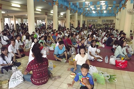Hundreds of faithful gather at Wat Dhamsamakhee, South Pattaya at the beginning of the day.