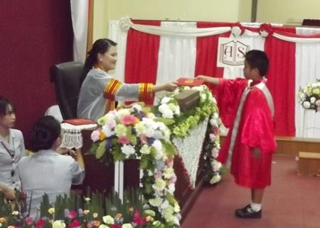 Paveena Modrakhee awards the final certificate to Santi Charoensiri, 7, from Aksorn Naklua School