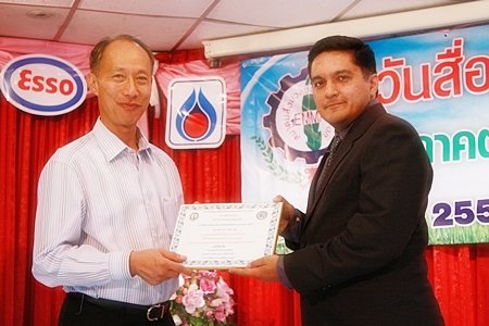 "Chonburi Governor Khomsan Ekachai (left) presents the ""Most Outstanding Mass Media of the Year"" award to Pattaya Mail director of operations, Kamolthep 'Prince' Malhotra."