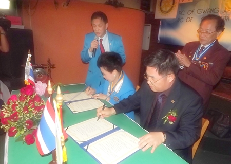 Naree Jintakanon (left) and Lee Young Man (right) sign a sister club agreement.