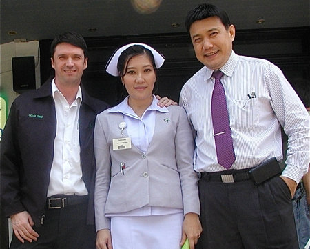 Phyathai Sriracha Hospital International Executive Gavin Waddell (left), Dr. Montien Sirisuntornlak, M.D. (right) and Nurse Wanvisa pose for a photo following Dr Montien's very interesting presentation.