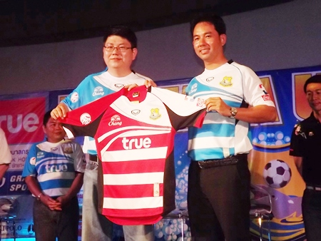Thara Prikum, CEO of team sponsors Grandsport Group (left) presents a new 2012 season away team jersey to Pattaya Mayor and club director Itthiphol Kunplome.