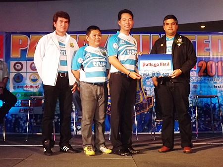 Suwanthep Malhotra (right) Vice MD of media sponsors the Pattaya Mail Publishing Co. Ltd., presents a gesture of support for the team to Mayor Itthiphol, Club Manager Sombut Pinyasiri, and Team Coach 'Nui' Chalermyuth Sangapol.