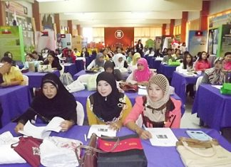 "Nannies from the Wat Chaiyamongkol Children Development Center, and the Young Children Development Center of Darul Ibadah Mosque, along with relevant officials attend the ""creative learning"" seminar."